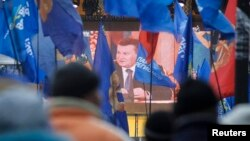 Прихильники президента України дивляться прес-конференцію Віктора Януковича, Київ, 19 грудня 2013 року