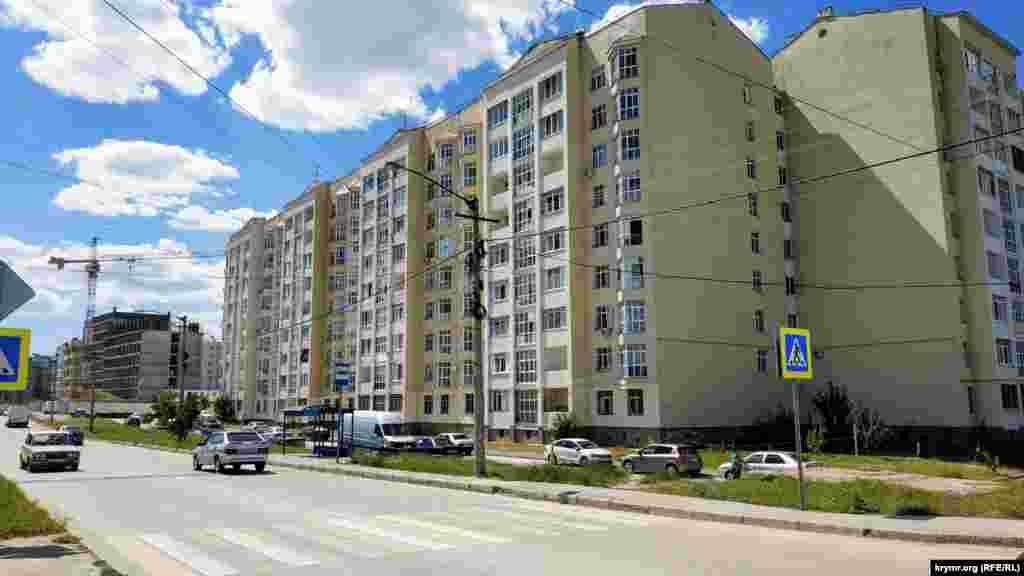 Багатоповерховий будинок у мікрорайоні Фонтани на вулиці Кантар для репатріантів, які потребують житла. Будівля була частково здана в експлуатацію через два місяці після початку анексії Криму. Більшість квартир були побудовані до 2014 року
