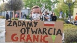 """Протестующая на польско-германской границе с плакатом """"Требуем открытия границ!"""""""