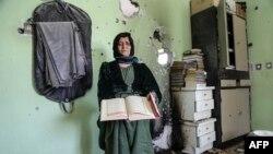 Курдская женщина посреди разрушенного правительственными войсками дома. Хаккари, 27 августа 2015 года. Иллюстративное фото.