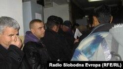 Долги редици и турканици за вадење лични карти во Куманово.