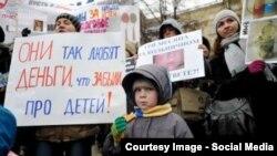 Митинг в Новомосковске против сокращения детских выплат
