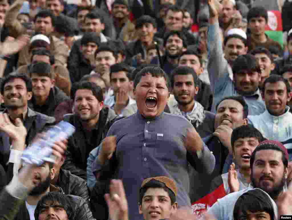 Аўганскія заўзятары крыкету вітаюць сваю зборную пасьля пераможнага выступу на турніры Кубку сьвету Twenty20.