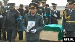 Церемония прощания с погибшим майором Аманжолом Акишевым. Северо-Казахстанская область, 13 октября 2019 года.