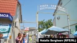 """Reporterii în campanie """"AICI e Europa Liberă"""" la Piața centrală din Cahul"""