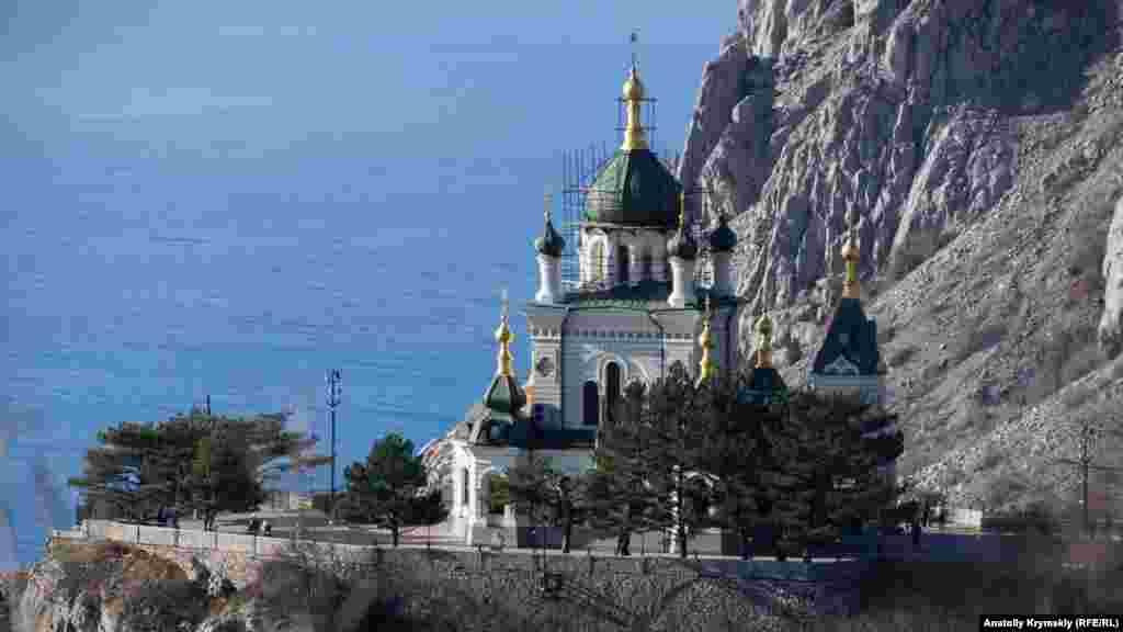 Краєвид на православну Церкву Воскресіння Христового з західного схилу Фороського Канта. Храм був капітально відреставрований в 2004 році під патронатом другого президента України Леоніда Кучми