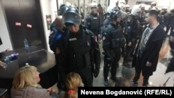 Полицајци и демонстранти пред зградата на РТС во Белград.