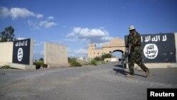 پرچم گروه حکومت اسلامی در تکریت که زمانی در تصرف حکومت اسلامی قرار داشت؛ پس از ورود شبهنظامیان شیعه و ارتش عراق