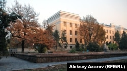 У здания Национальной академии наук Казахстана в Алматы.