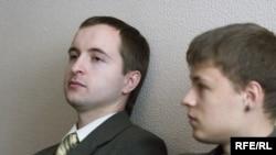 Алесь Стральцоў і Алесь Чарнышоў у судзе Цэнтральнага раёну Менску.