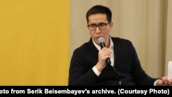 """Серік Бейсембаев Paperlab дискуссия алаңында """"Несие амнистиясы"""" тақырыбын талқылап отыр. Жеке архивтегі сурет."""