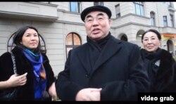 Қирғизистоннинг Биринчи президенти Асқар Акаев қизи Бермет (чапда) ва хотини Майрам Акаева билан.
