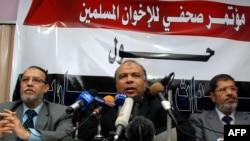 На архівному знімку керівників поміркованого ісламістського «Мусульманського братства» Саад аль-Кататні в центрі, Мохаммед Мурсі праворуч