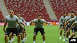 Polish midfielder Ludovic Obraniak training with teammates ahead of the side's June 8 match against Greece.