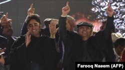 Asif Ali Zardari (right) and his son, Bilawal Bhutto Zardari (left), take part in a rally to mark the PPP's 50th anniversary in Islamabad in December 2017.