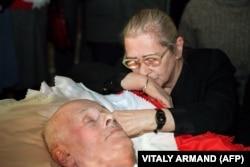 Боннэр прощается с мужем в Москве 17 декабря 1989 года. До самой смерти в 2011 году она продолжала неустанно работать в защиту прав человека, а также помогла основать Фонд Сахарова, который стремится сохранить его наследие.