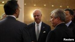 Спецпосланник ООН по сирийскому урегулированию Стаффан де Мистура (в центре) говорит с министром иностранных дел Казахстана Кайратом Абдрахмановым и главой российской делегации Александром Лаврентьевым (второй справа). Астана, 5 июля 2017 года.