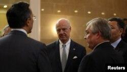 Staffan de Mistura și negociatorul șef rus Aleksandr Lavrentiev la Astana