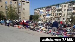 В Туркменабаде население продает на улицах свое имущество. Сентябрь, 2020