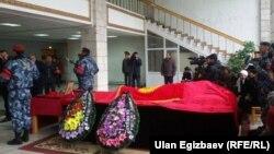 Гражданская панихида по погибшему сотруднику СОБР «Барс» Толобеку Исмаилову в здании МВД Кыргызстана. Бишкек, 23 октября 2015 года.