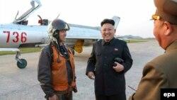 Солтүстік Корея лидері Ким Чен Ун (ортада) әскери ұшақтарды тексеріп жүр. 22 сәуір 2014 жыл. (Көрнекі сурет)