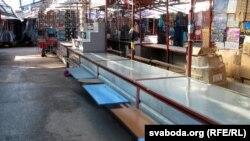 Кідаецца ў вочы, як шмат пустых гандлёвых месцаў на рынку «Цэнтральны» ў Горадні