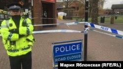 Полицейский охраняет место, где были найдены без сознания Сергей Скрипаль и его дочь