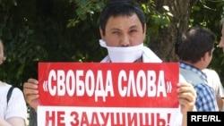 Алматыдағы тәуелсіз басылымдарды қолдау акциясына қатысып тұрған адам. 24 маусым 2009 жыл.