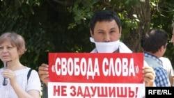 Участник акции протеста в защиту свободы слова. Алматы, 24 июня 2009 года.