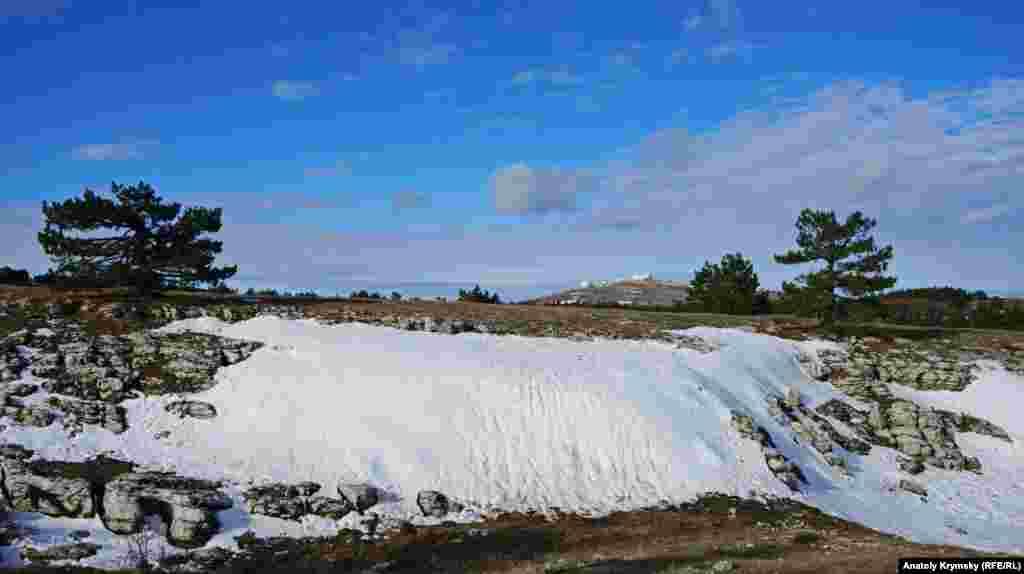 Самый большой островок снега на плато, на фоне военных радаров