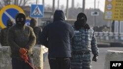Пророссийские боевики в масках на установленном на Чонгаре блок-посту, север Крыма, 7 марта 2014 г.