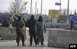 Пророссийские боевики стоят на блок-посту на въезде в Крым. 7 марта 2014 года.