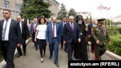 Премьер-министр Армении Никол Пашинян и фактический лидер Нагорного Карабаха Бако Саакян (третий справа) в Степанакерте. 9 мая 2018 года.