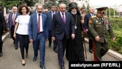Армения премьер-министрі Никол Пашинян (ортада сол жақта) мен Таулы Қарабах басшысы Бако Саакян. Степанакерт, 9 мамыр 2018 жыл.