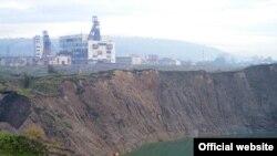 Так виглядає солерудна фабрика в Солотвині. На першому плані — карстове провалля, яке заповнила солена вода. ЗВідки вода прибуває - так і невідомо. (фото надане ГУ МНС в Закарпатській області)