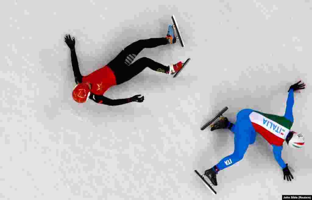 Спартоўцы Кітая і Італіі пасьля падзеньня ў шорт-трэкавым забегу на 1500 мэтраў