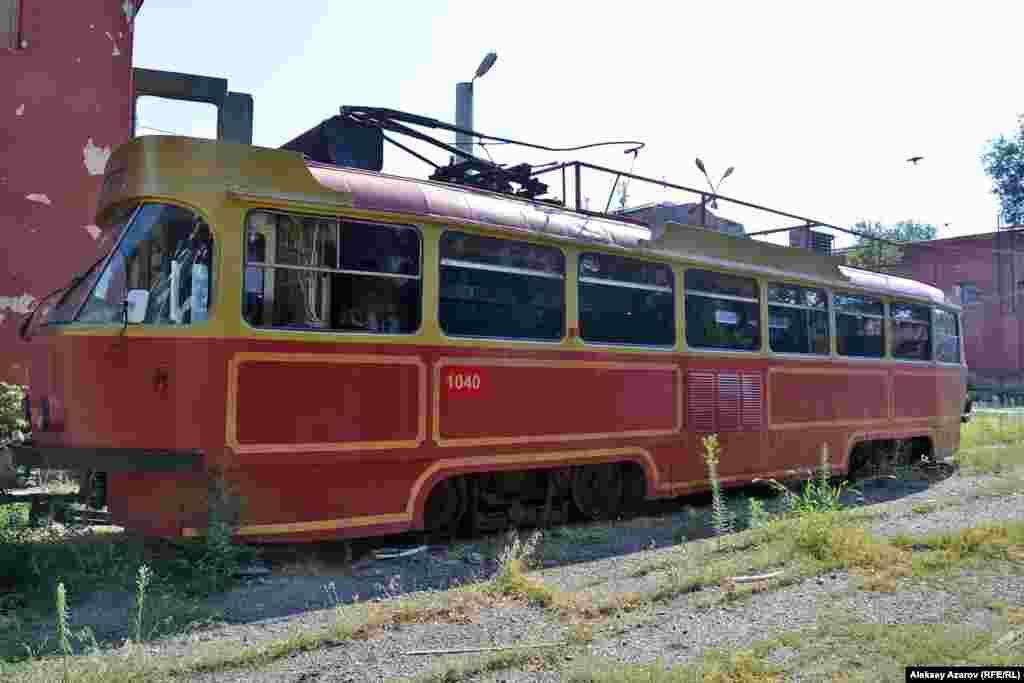 После 2007 года один из вагонов оборудовали под кафе-трамвай, и оннесколько лет курсировал по улицам города. Алматы, 9 августа 2016 года.