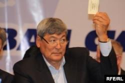 Токтар Аубакиров на съезде двух объединяющихся оппозиционных партий. Алматы, 24 октября 2009 года