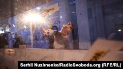 Дівчинка ловить квиток. 11 лютого 2020 року. «Київ-Пасажирський»