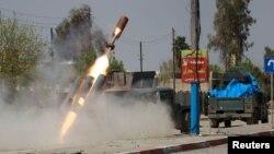 Сили швидкого реагування Іраку стріляють у бік бойовиків «Ісламської держави» з саморобної ракетної установки, Мосул, 29 квітня 2017 року