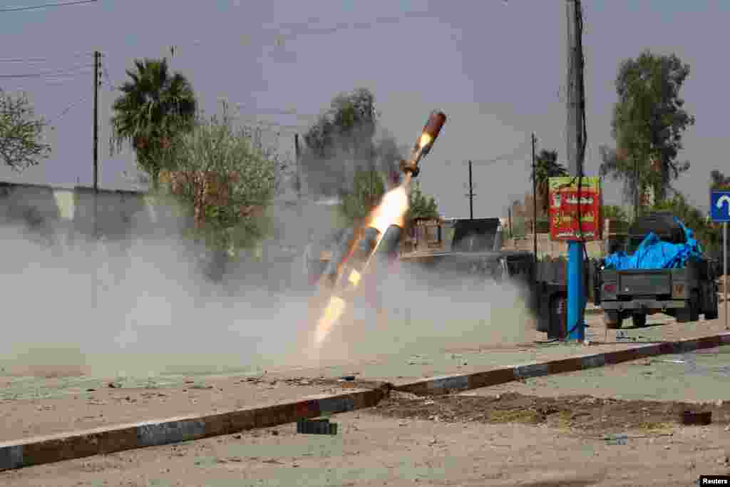 Iraqi troops fire a missile against Islamic State militants during a battle in Mosul. (Reuters/Khalid al-Mousily)