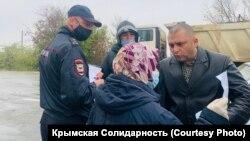 Politsiya hadimleri ve Rustem Emirusenovnıñ anası (Foto: Qırım birdemligi)
