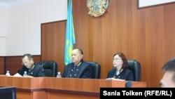 Апелляционная коллегия областного суда под председательством Нурсапы Примашева при участии судей Габита Бастубаева (слева) и Хамиды Каженовой. Актау, 6 июня 2018 года.