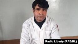 آرشیف، اصغر شریفیار یک تن از داکتران افغان در جریان مصاحبه با رادیو آزادی در کابل