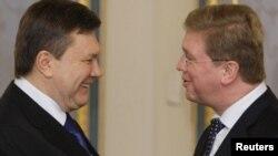 Президент Віктор Янукович та єврокомісар Штефан Філе