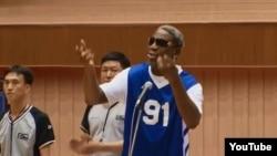 Бывший баскетболист Деннис Родман поет поздравительную песню в честь дня рождения северокорейского лидера Ким Чен Ына, январь 2014 года.