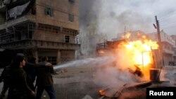 Жители Алеппо тушат пожар после одной из атак. 10 декабря 2013 года.