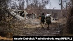 Матроси морської піхоти несуть їжу на передові позиції поблизу Широкина