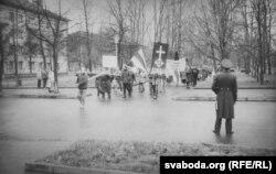 Пад наглядам міліцыі (фота з архіву Ўладзімера Губскага)