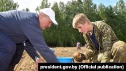 Аляксандар і Мікалай Лукашэнкі на «прэзыдэнцкім полі»